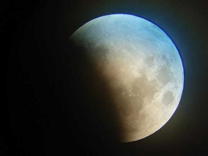 31일 밤 서울 용산 과학동아천문대에서 바라본 달의 모습. 개기월식이 진행되어 달의 상당 부분이 지구 그림자에 가려져 있다. - 과학동아천문대 제공
